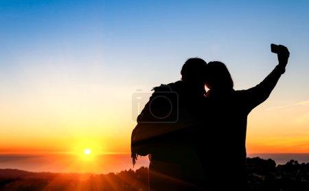 Photo pour Couple de meilleurs amis prenant un selfie pendant le coucher du soleil à twin peaks à san francisco - image libre de droit