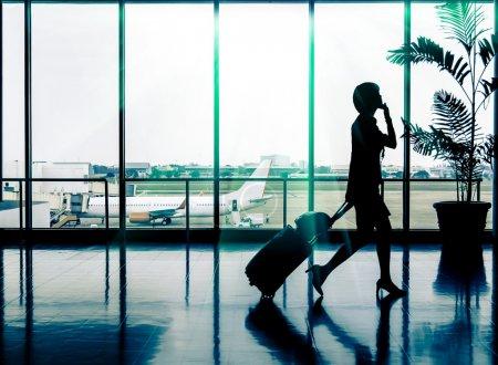 femme d'affaires à l'aéroport - silhouette d'un passager