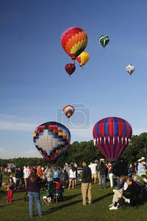 Photo pour Ce sont des montgolfières qui décollent tôt le matin. . - image libre de droit