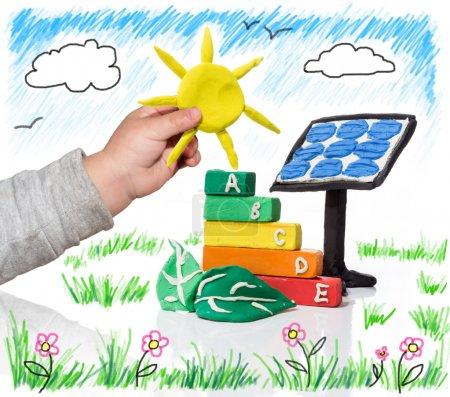 Foto de Niño de la mano con plastilina crea una escena de las energías renovables - Imagen libre de derechos