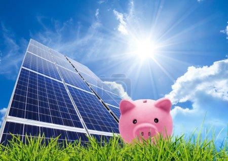 Foto de Concepto de ahorro con fotovoltaica - Imagen libre de derechos