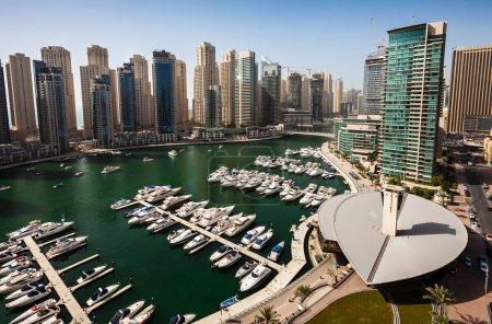 Photo pour Dubai Marina, le Yacht Club, les yachts dans le port et la plage Jumeirah tours de résidence en arrière-plan - image libre de droit
