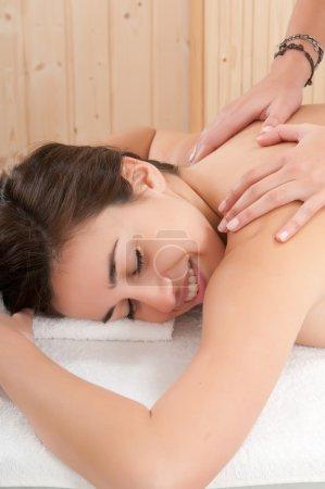 Photo pour Femme relaxante dans le spa se massage - image libre de droit