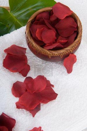Photo pour Spa et bien-être fleurs et serviettes - image libre de droit