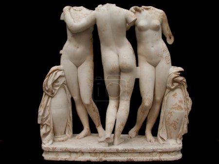 Photo pour Statue classique en marbre blanc des Trois Grâces, isolée sur fond noir - image libre de droit