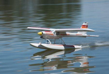 Foto de Radio controlado hidroavión volar y navegar sobre la superficie de río guadiana, badajoz, España - Imagen libre de derechos