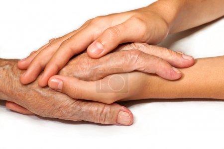 Photo pour La main du vieil homme entre les mains de la jeune génération - image libre de droit