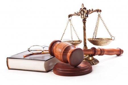 Photo pour Gavel, balances, livre et lunettes sur fond blanc - image libre de droit