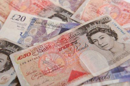 Photo pour Une pile de 50 grands billets de banque livres britanniques - image libre de droit