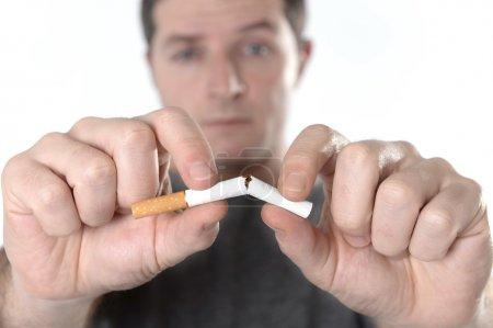 séduisante jeune homme dans la résolution de cesser de fumer