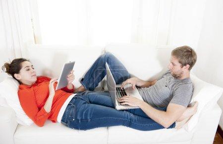 glueckliches paar arbeiten an ihrem laptop