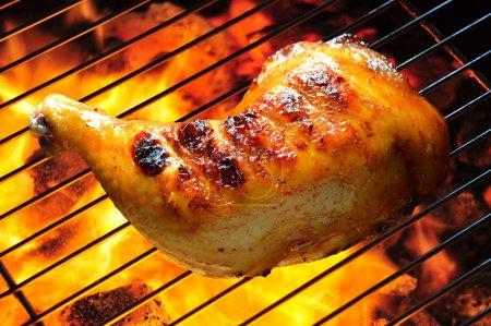 Photo pour Cuisse de poulet grillé sur le gril flaming - image libre de droit