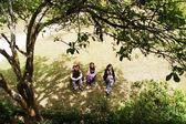 Freund zusammensitzen unter Baum