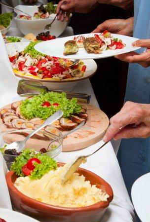 Photo pour Événements de célébration avec table et gens des mains avec des plaques de restauration - image libre de droit
