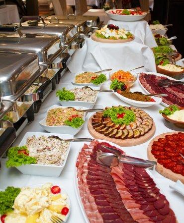 Photo pour Gros plan d'une table de buffet de mariage. mise au point peu profonde - image libre de droit