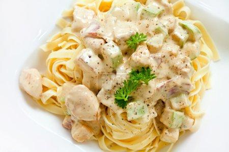 Photo pour Fettuccine alfredo sauce courgettes au blanc de poulet avec espace bel exemplaire. tir sec - image libre de droit
