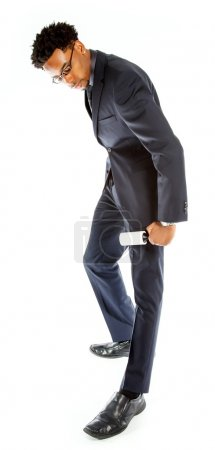Photo pour Attrayant homme d'affaires afro-américain posant dans un studio isolé sur un fond blanc - image libre de droit