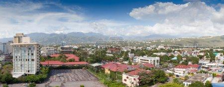 Foto de Hermoso paisaje de rojos tejados en la ciudad de jamaica bajo el cielo azul con nubes blancas. - Imagen libre de derechos