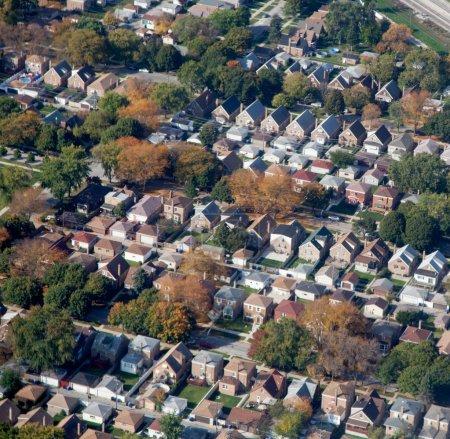Photo pour Vue aérienne des maisons d'habitation avec jardins - image libre de droit