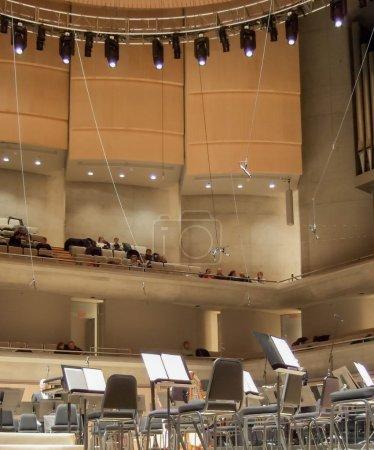 Photo pour Intérieur du théâtre, de l'auditorium ou de l'opéra avec supports musicaux et chaises pour musiciens - image libre de droit