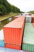 Kontejnery na lodi plující v řece