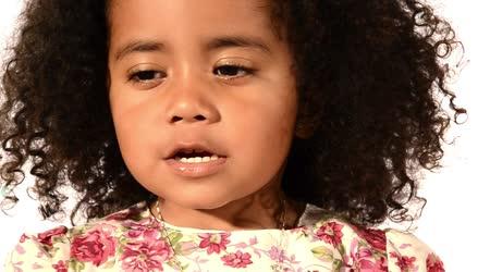 Legrační smíšené rasy černé a latino brazilská holčička, samostatný, foukání mýdlové bubliny