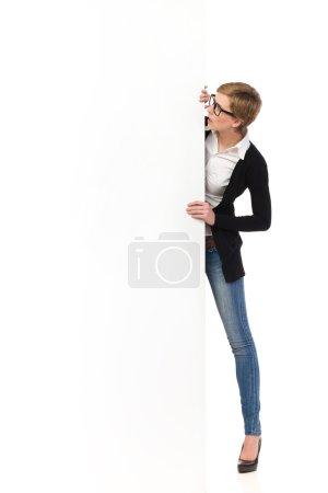 Photo pour Femme blonde dans les verres, tenant la bannière et la lecture. studio pleine longueur tir isolé sur blanc. - image libre de droit