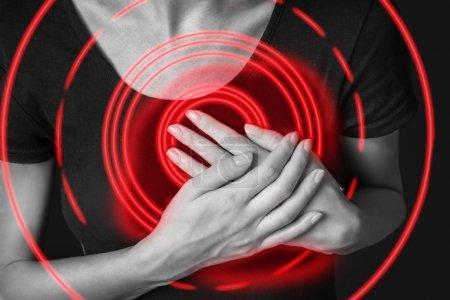 Photo pour Femme est serrant sa poitrine, image monochrome, crise cardiaque possible de douleur aiguë, la zone douloureuse de couleur rouge - image libre de droit