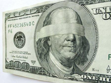 Photo pour Ben Franklin Les yeux bandés sur ce projet de loi de cent dollars pourraient illustrer l'orientation ou l'incertitude économiques mixtes, les problèmes d'affaires, les profits, les défis en matière d'emploi, les questions d'impôt sur le revenu, les déficits budgétaires ou les salaires et revenus ou revenus - image libre de droit