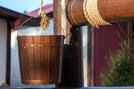 Photo pour Seau de puisard sur une corde dans une journée ensoleillée - image libre de droit