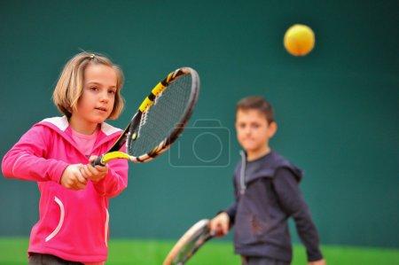 Photo pour Enfants à l'école pendant un dribble de tennis - image libre de droit