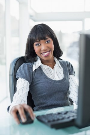Photo pour Relaxed businesswoman working on computer in bright office - image libre de droit