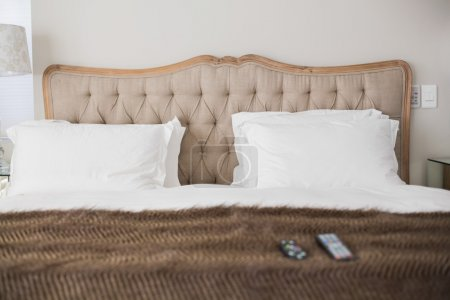 Photo pour Confortable lit double avec une couverture brun dans une chambre d'hôtel - image libre de droit