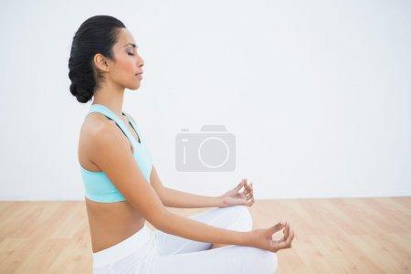 jolie femme calme méditer assis en position du lotus