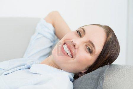 Nahaufnahme Porträt einer lächelnden, gut gekleideten Frau, die sich so entspannt