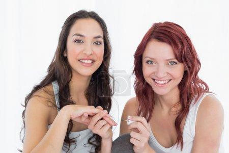 Photo pour Portrait de clous un sourire jeune et jolie femme peinture ami sur fond blanc - image libre de droit