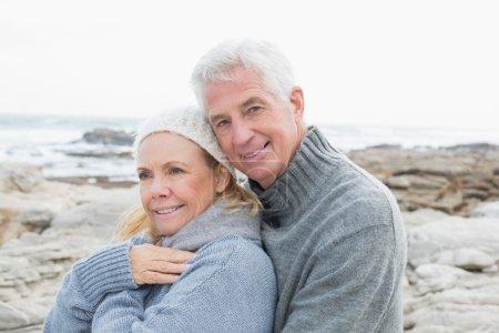 Photo pour Portrait d'un couple de personnes âgées romantique ensemble sur une plage rocheuse - image libre de droit