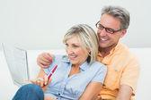 šťastný pár dělají noviny křížovku doma