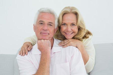 Photo pour Portrait d'un homme et d'une femme âgés dans le salon à la maison - image libre de droit