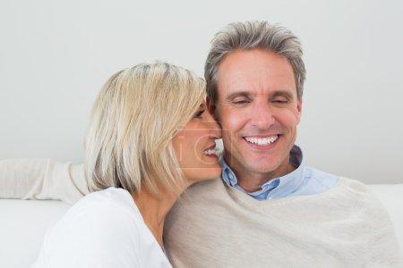 Gros plan d'un couple heureux et aimant à la maison