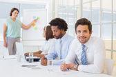 Podnikatel s kolegy v zasedací místnosti setkání