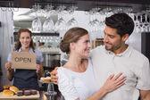 Pár s majitelem ženské café v kavárně