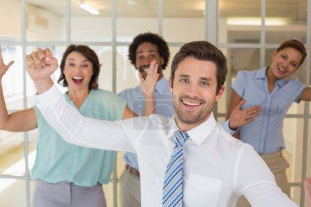 Photo pour Portrait de joyeux jeunes collègues acclamations au bureau - image libre de droit