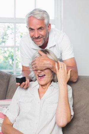 Photo pour Portrait d'un homme souriant femme surprenante avec une alliance à la maison - image libre de droit