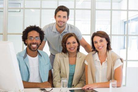 Foto de Retrato de jóvenes empresarios sonriendo en el escritorio de oficina - Imagen libre de derechos