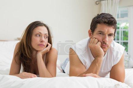 Photo pour Couple malheureux ne parlant pas après une dispute au lit à la maison - image libre de droit