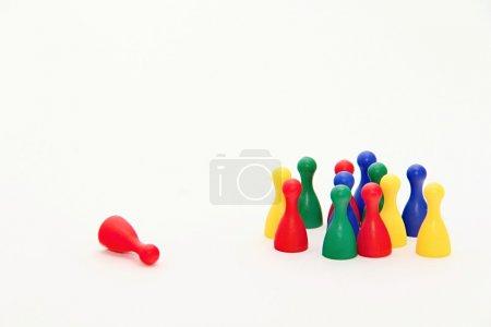 Photo pour Photo de figurines de jeu de société ludo dans diverses positions parfaitement aux présentations d'entreprise mais aussi à des fins privées. - image libre de droit