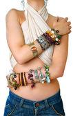 fille avec bracelets