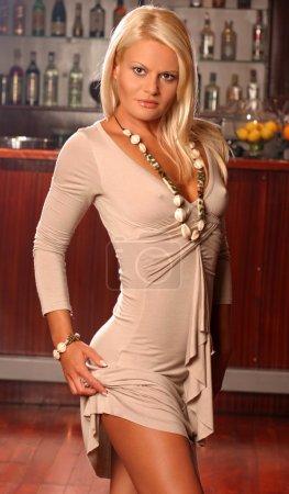 Photo pour Belle jeune femme blonde dans un bar - image libre de droit