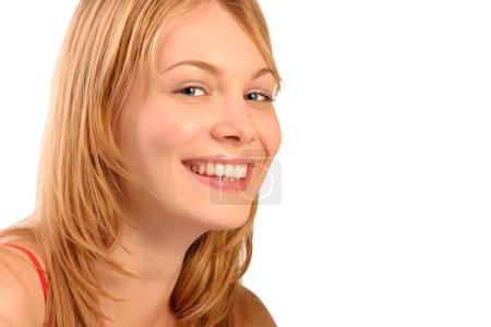 Photo pour Portrait de pleines dents sourire d'une belle jeune femme, isolée sur blanc, avec un espace de la copie blanche - image libre de droit